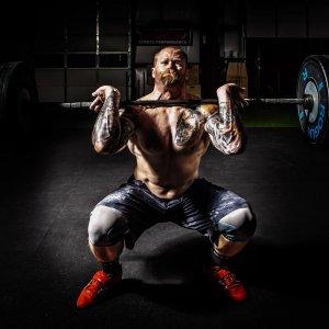 Træningsprogram styrketræning overkrop. Bodybuilding og styrketræning program kombineret